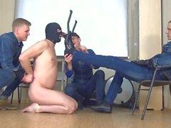 3 russische meister in jeans und sklave