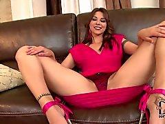Sexig brunett kvinna i rosa färg Cindy Hopp