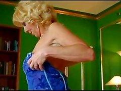 Пожилые Юлия Hilton Seduces Молодой человек