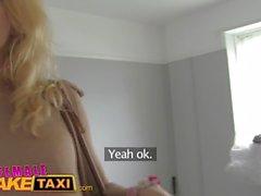 Femme Faux Taxi Lesbian sex toy play et lécher la chatte orgasmes au Royaume-Uni