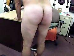 Обнаженная парнем мастурбировал немедленно геев для наличных денег на посту