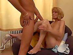 Slanke oma krijgt haar Hairy Pussy uitgebeend door snahbrandy