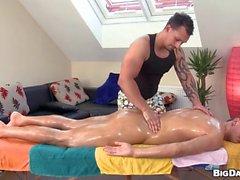 Hunk obtém seu canal anal tenso explorado por massagista