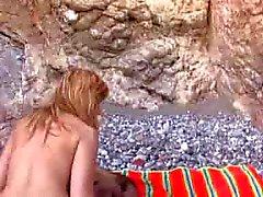 Amateur paar neuken op een rotsachtige strand