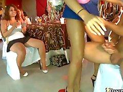 Bir striptizci bebek ederek Sert Zemin wang memnuniyet edinir