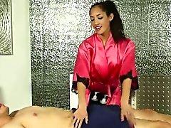 Clientèle et fille sexy masseur