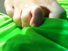Fuß reiben durch Shorts