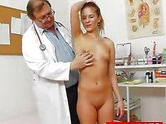 Bebé Pequeño de Keira virtud ginecólogo médico de escrutinio