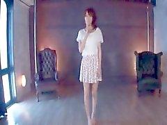 Asyalı masum sevimli kız üçlü alay göğüsler alır