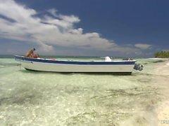 Claudia Adams Glädjande Uppfyller kraven med två Män av en förankrad båt