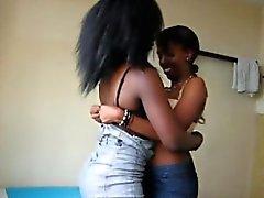 Delle lesbiche provenienti dall'Africa cercano giocattolo nuovo strapon durante i rapporti sessuali