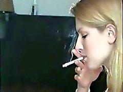 Awesome blonde roken van een sigaret !