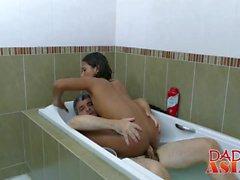 Jap mec aux cheveux longs se fait ramoner à peu près dans une baignoire