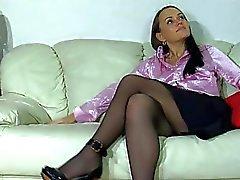 Siyah külotlu çorap koyu saçlı genç köpek tarzı rammed alır