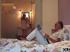Нимфо сосет дедушку петух занимается сексом с ним на своей кровати