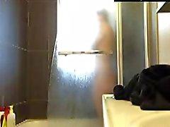 Kinky хозяйка шпионил за в ванной комнате