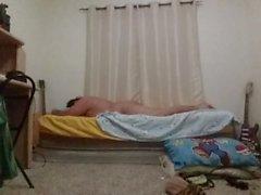 Richiesta: Chub Boy scopa il suo letto e si bagna per l'amico