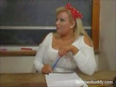 Sexig BBW lärare knullar sin elev på skrivbordet