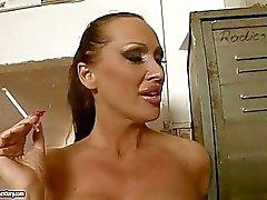 Mandy Bright Her Sigaranın olarak Hot Babe'den Göre bacakları Yanik