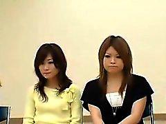 De belles dames asiatiques épluchent leurs vêtements et révèlent