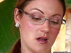 Enojado madrastra del del MILF recibe una eyaculación facial