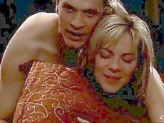 Kim Cattrall nude sotto un tipo su letto , post della bed