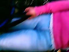 donna curvy con i un mozzicone di ferma viene filmata da un individuo wi furtivo