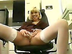 Blonde sekreteraren onanerar med en vibrator