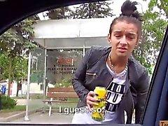 Любительский шлюха Ванессой Rodriguez отсасывает на машине