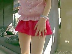 Teini Tina Blade pulls pois hänen pink pikkuhousut