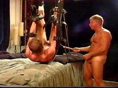 No Sound : Mec obtient billes Busted pendant sa suspension et les suspendu à poignets et chevilles .