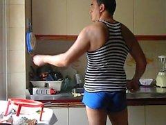 Un hombre puede divertirse lavando platos ...