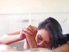 Passion-HD - Charley Chase réveille son homme avec une branlette espagnole