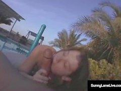 Mega Star Sunny Lane suger lite kuk i solen! Ett Pooljobb!