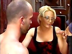 Jefe bisexual Lo traviesa el sexo oral y lamiendo coño profundidad