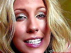 Kiara Diane chupando em um motel sala