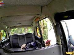 Garota indiana fodida em táxi falso