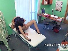 Enfermera folla médico y el paciente en el hospital lame