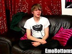 Emo Twink Jos Frey spielt einen mit sich selbst auf der Couch