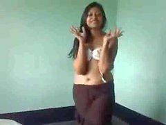 Смазливая Индийская девочка подвергать свое на линии всасывания перед на теле альтернативных методов
