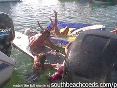 indo de barco para barco meninas de fala em piscando seus peitos