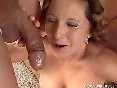 Underbara mormor älskar att knulla och äta cum