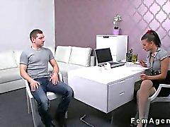 De agente femenino pechugón con medias follada en oficina