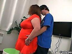 Plumper Chicas monta a su joven verga