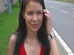 Punaiset pukeutunut tytön puistossa olevassa 3 osassa