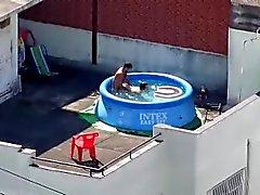 Sexy Rooftop Paar Unterbrochen In Kunststoff-Pool