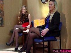 Abbey Brooks acompañan su hijastra una entrevista de empleo