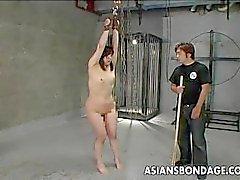 Asian slampa att få ass smisk samt skriker hon
