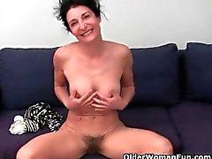 Oma weigert sich, ihre haarige Pussy rasieren