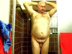 Meu homem doce que joga com seu galo minúsculo no chuveiro